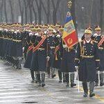 Un detaşament de militari români defileaza la parada tradiţională pe bulevardul Champs-Elysées din Paris
